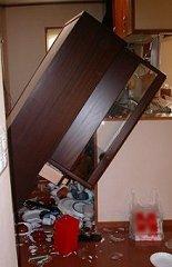 倒れた食器棚