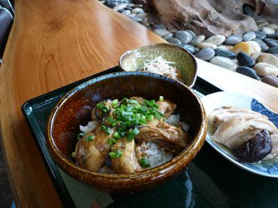 佐渡産の牡蠣丼、ふの煮付け、もつ煮、ソフトドリンクで1100円也